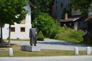 Geburtshaus mit Statue Franz von Stuck